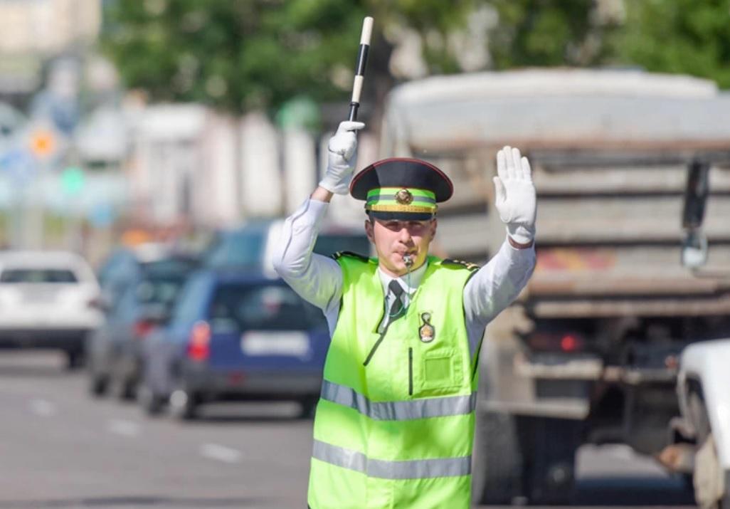 Правая рука поднята регулировщиков вверх